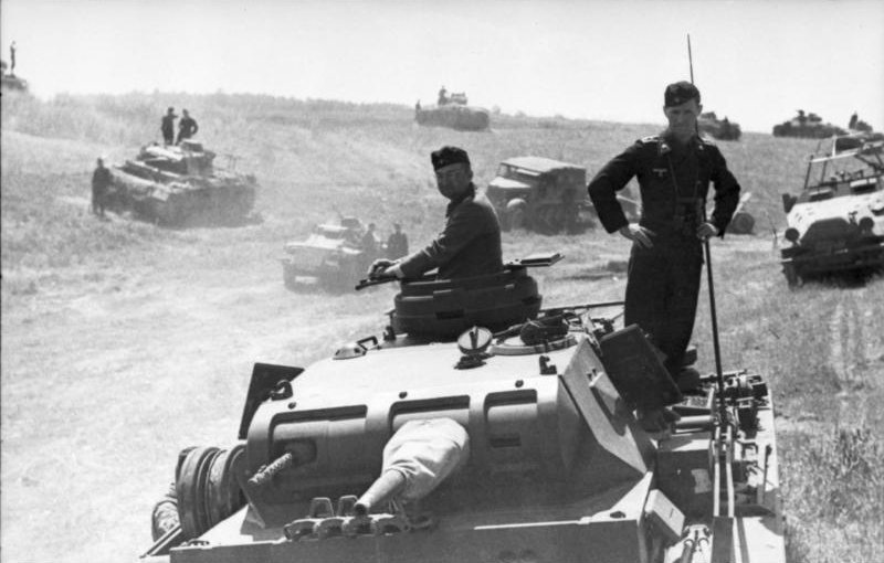 German panzer troops advance from Poland at the beginning of Operation Barbarossa, June 1941 [Bundesarchiv Bild 101l-185-0139-21/ Grimm, Arthur/ CC-BY-SA