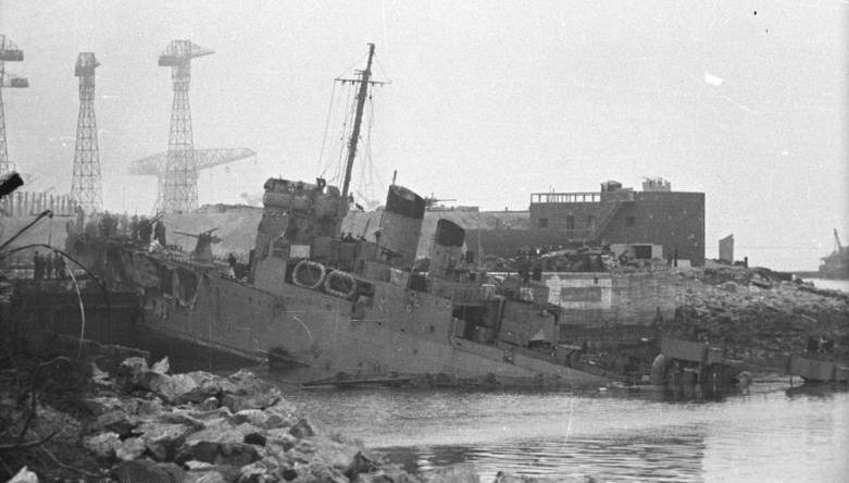 HMS Campbeltown after ramming the dock gates at Saint-Nazaire, 28 March 1942 [Bundesarchiv Bild 101ll-MW-3722-03 /Kramer/ CC-BY-SA]