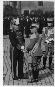Benito Mussolini with King Vittorio Emanuele III (centre), on friendly terms in 1941 [Public domain]