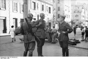 Italian soldiers on guard duty in Rome [Bundesarchiv Bild 101l-304-0614-32, wiki]
